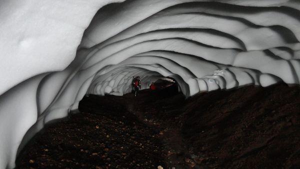Glacier Cave.  Cueva_excavada_en_el_hielo_por_aguas_termales,_Islandia