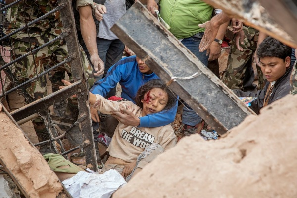 earthquake-nepal-small-girl-2015-hirugossiplankka-blogspot-com